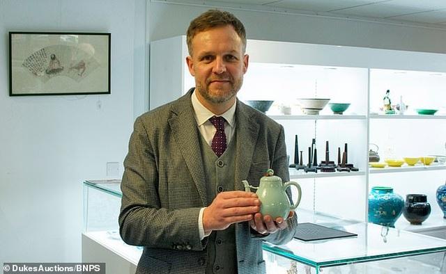 Ấm trà cũ trong nhà bất ngờ được mua với giá hơn 29 tỷ đồng - 2