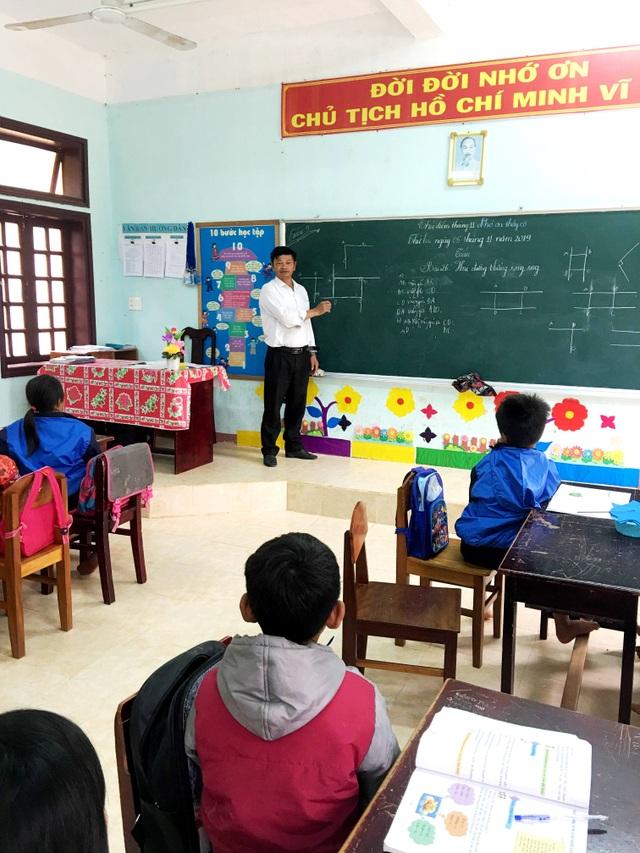 Gặp thầy giáo 34 năm bám bản, gieo chữ cho học sinh Cơtu