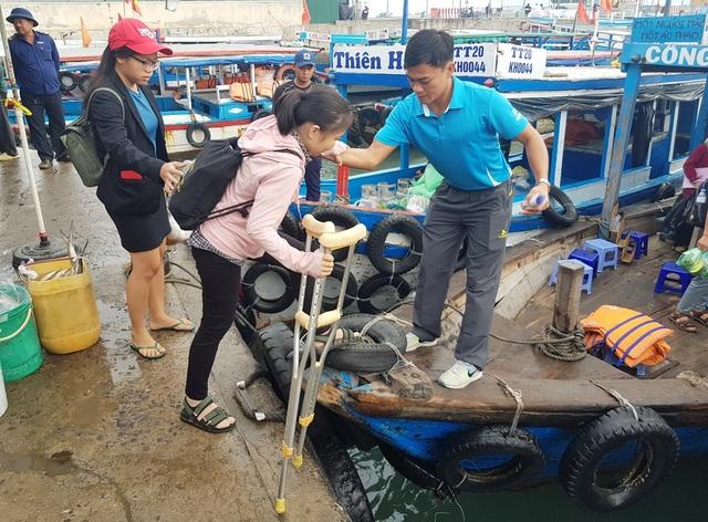 Xúc động cô giáo phải chống nạng vẫn vượt biển đi dạy học - 2