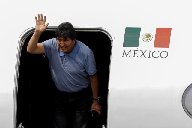 """Chuyến bay """"bão táp"""" đưa cựu Tổng thống Bolivia đến Mexico tị nạn  - 1"""