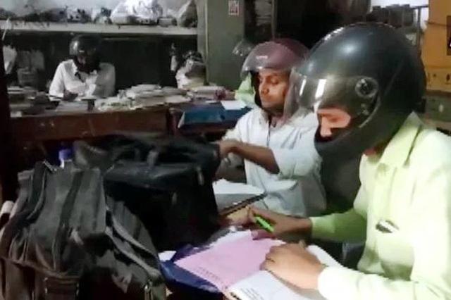 Công chức Ấn Độ đội mũ bảo hiểm... trong phòng làm việc - 1