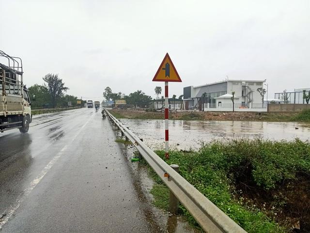 Cận cảnh doanh nghiệp xẻ tường hộ lan, băm nát hành lang giao thông QL 1A - 1