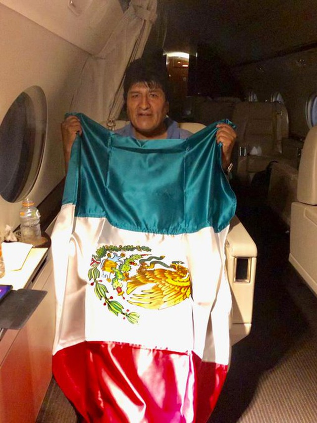 """Chuyến bay """"bão táp"""" đưa cựu Tổng thống Bolivia đến Mexico tị nạn  - 2"""