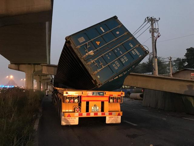 Vừa lắp xong, dầm bê tông cầu bộ hành bị xe container kéo sập - 3