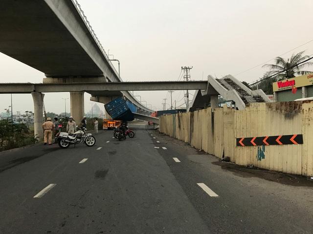 Vừa lắp xong, dầm bê tông cầu bộ hành bị xe container kéo sập - 1