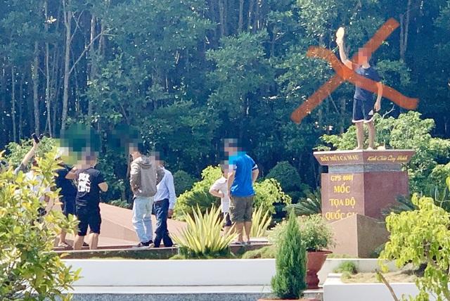 Du khách chụp ảnh phản cảm trên Cột mốc tọa độ Quốc gia Mũi Cà Mau - 3