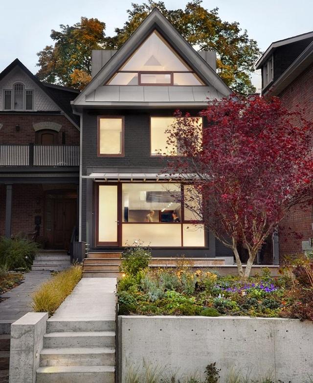 Mẫu nhà mái tam giác 2 tầng đẹp long lanh với chi phí thấp - 1