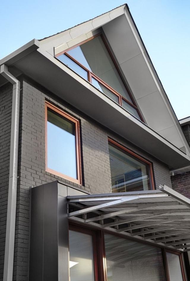 Mẫu nhà mái tam giác 2 tầng đẹp long lanh với chi phí thấp - 2