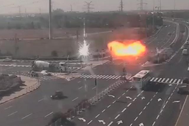 Tên lửa suýt rơi trúng ô tô trên đường cao tốc ở Israel - 1