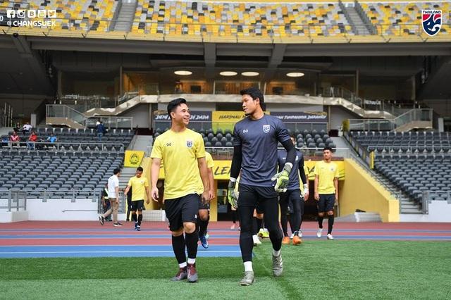 """Cầu thủ Thái Lan """"tươi rói"""" trên sân tập trước đại chiến với Malaysia - 2"""