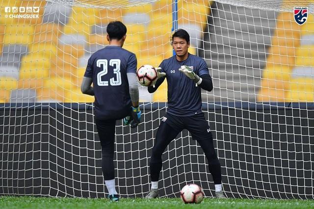 """Cầu thủ Thái Lan """"tươi rói"""" trên sân tập trước đại chiến với Malaysia - 11"""