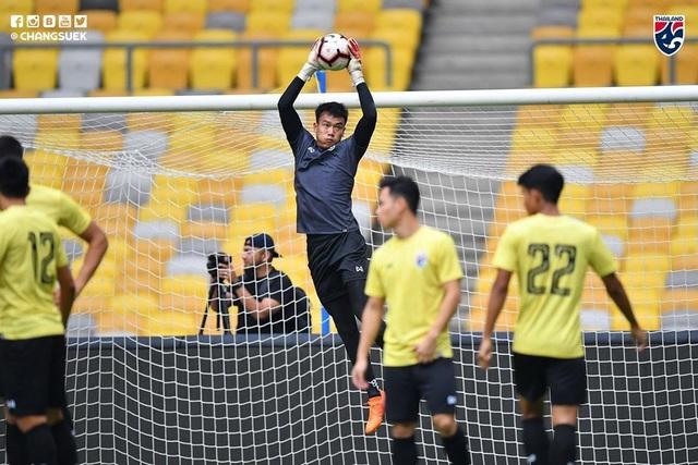 """Cầu thủ Thái Lan """"tươi rói"""" trên sân tập trước đại chiến với Malaysia - 12"""