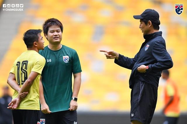"""Cầu thủ Thái Lan """"tươi rói"""" trên sân tập trước đại chiến với Malaysia - 13"""