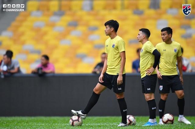 """Cầu thủ Thái Lan """"tươi rói"""" trên sân tập trước đại chiến với Malaysia - 16"""