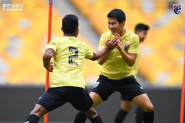 """Cầu thủ Thái Lan """"tươi rói"""" trên sân tập trước đại chiến với Malaysia - 10"""