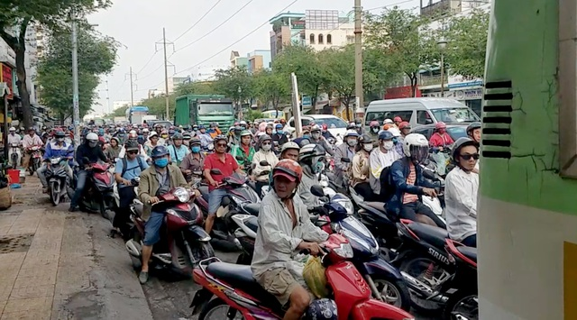 Xe buýt tông hơn 10 xe máy dừng chờ đèn đỏ ở Sài Gòn - 2