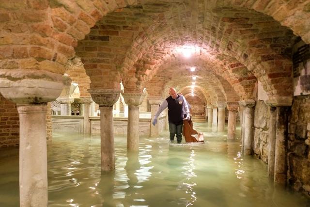 """Triều cường lịch sử """"nhấn chìm"""" Venice, người dân bơi trên đường phố - 12"""