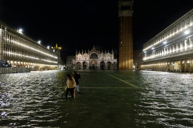 """Triều cường lịch sử """"nhấn chìm"""" Venice, người dân bơi trên đường phố - 1"""