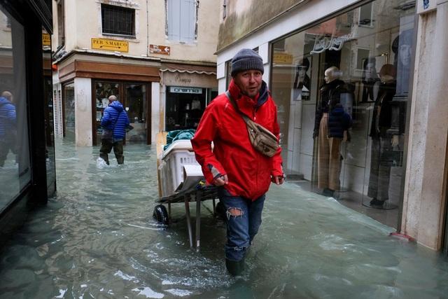 """Triều cường lịch sử """"nhấn chìm"""" Venice, người dân bơi trên đường phố - 2"""