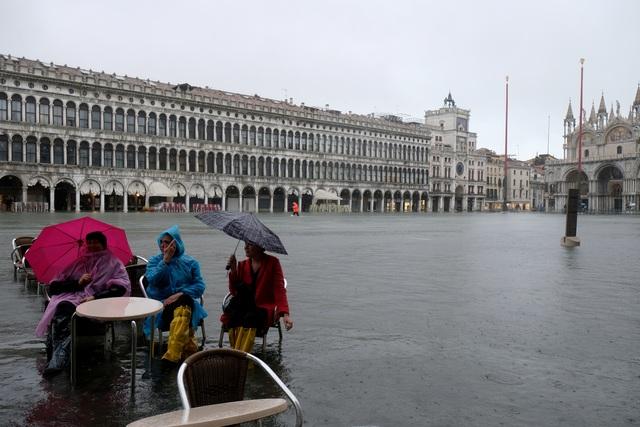 """Triều cường lịch sử """"nhấn chìm"""" Venice, người dân bơi trên đường phố - 10"""