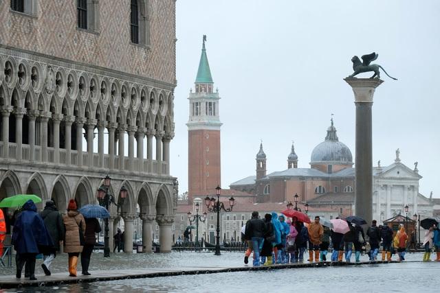 """Triều cường lịch sử """"nhấn chìm"""" Venice, người dân bơi trên đường phố - 5"""