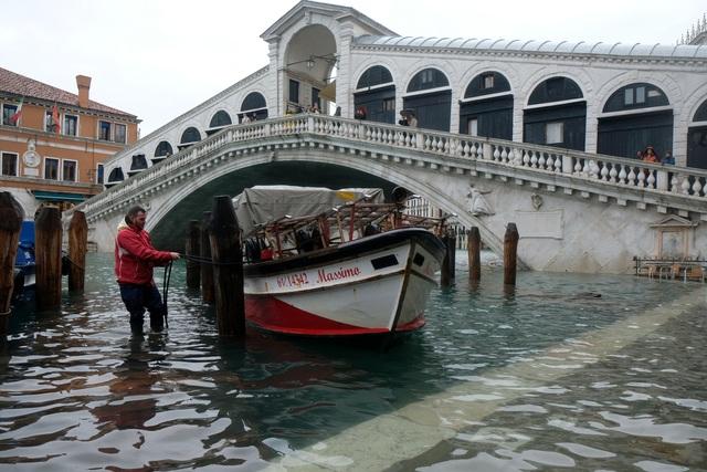 """Triều cường lịch sử """"nhấn chìm"""" Venice, người dân bơi trên đường phố - 7"""