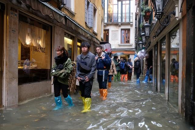 """Triều cường lịch sử """"nhấn chìm"""" Venice, người dân bơi trên đường phố - 3"""