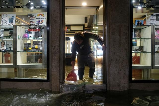 """Triều cường lịch sử """"nhấn chìm"""" Venice, người dân bơi trên đường phố - 11"""