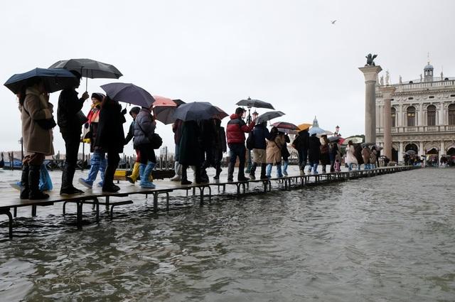 """Triều cường lịch sử """"nhấn chìm"""" Venice, người dân bơi trên đường phố - 8"""