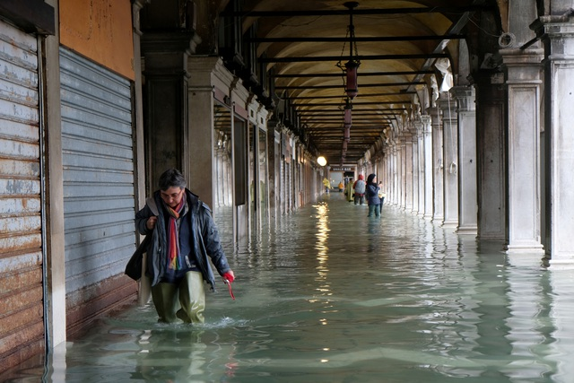 """Triều cường lịch sử """"nhấn chìm"""" Venice, người dân bơi trên đường phố - 9"""