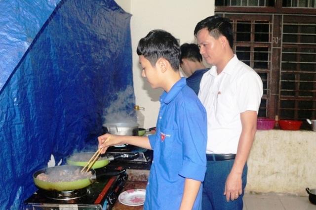 Thầy cô miền núi góp tiền mua gạo nấu cơm cho học sinh nghèo - 4