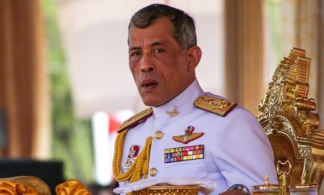 Vua Thái Lan bất ngờ phục chức cho 3 quan chức bị sa thải  - 1