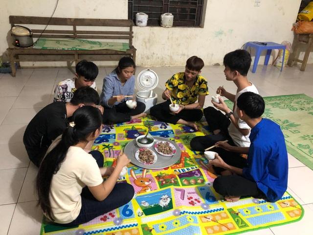 Thầy cô miền núi góp tiền mua gạo nấu cơm cho học sinh nghèo - 5