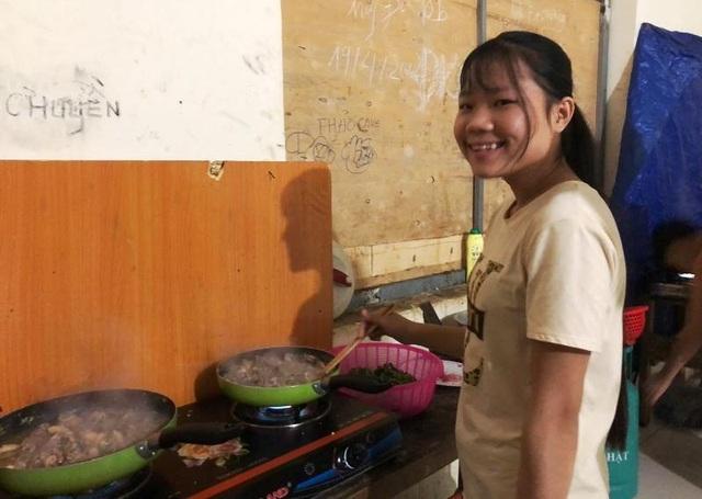 Thầy cô miền núi góp tiền mua gạo nấu cơm cho học sinh nghèo - 3