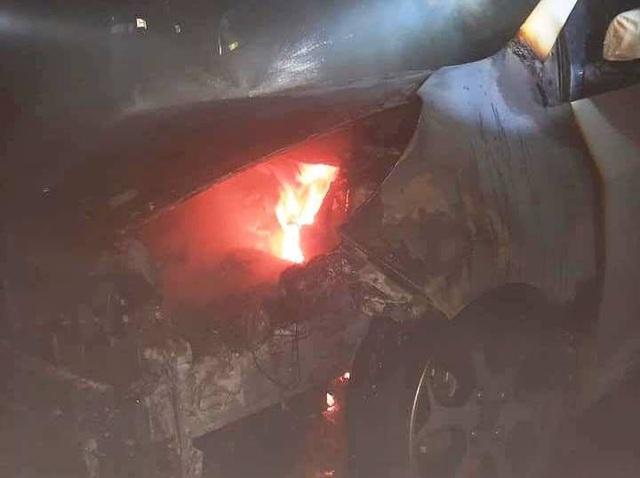 Ô tô bất ngờ bốc cháy tại hầm chung cư, người dân hốt hoảng tháo chạy - 1