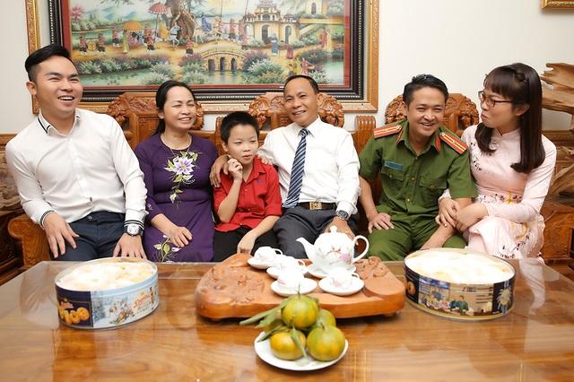 Ngày 20/11 nói về gia đình có 3 đời thành công trong giáo dục - 2