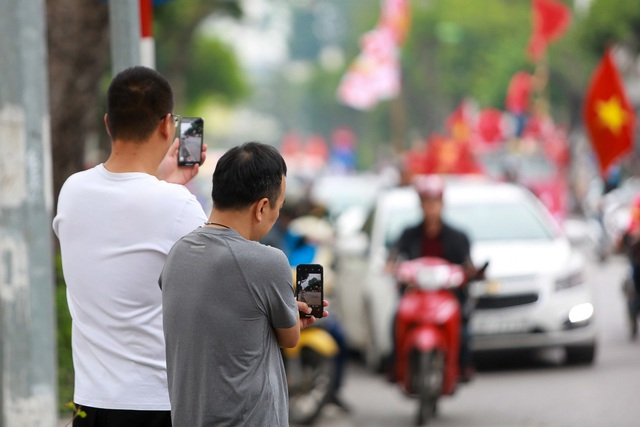 Đoàn cổ động viên Việt Nam diễu hành trước trận quyết đấu với UAE - 13