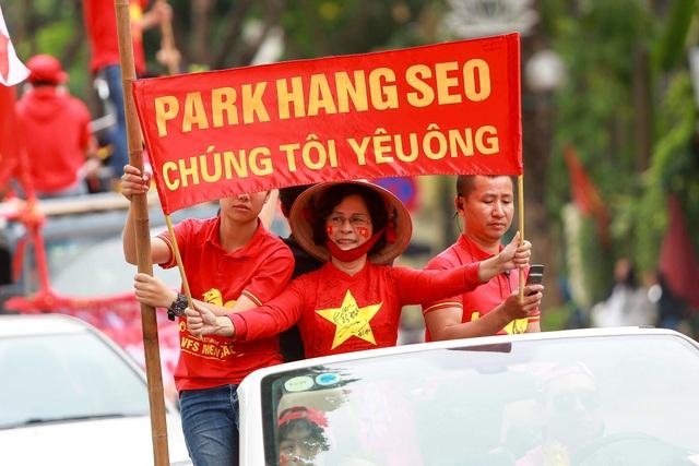 Đoàn cổ động viên Việt Nam diễu hành trước trận quyết đấu với UAE - 10
