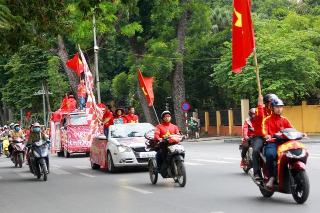 Đoàn cổ động viên Việt Nam diễu hành trước trận quyết đấu với UAE - 5