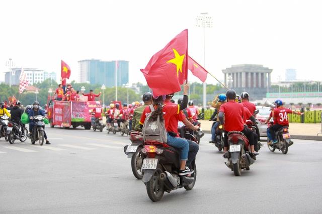 Đoàn cổ động viên Việt Nam diễu hành trước trận quyết đấu với UAE - 7