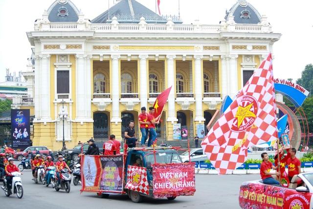 Đoàn cổ động viên Việt Nam diễu hành trước trận quyết đấu với UAE - 2