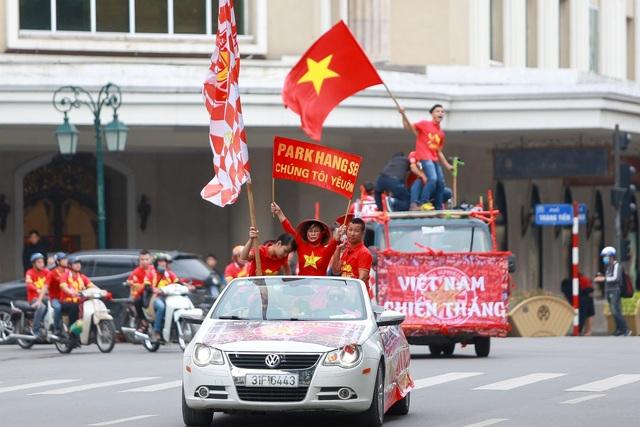 Đoàn cổ động viên Việt Nam diễu hành trước trận quyết đấu với UAE - 9