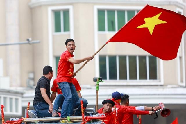 Đoàn cổ động viên Việt Nam diễu hành trước trận quyết đấu với UAE - 12