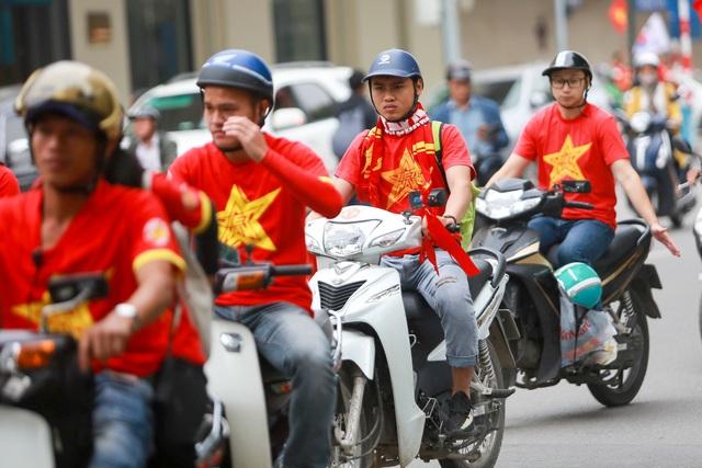 Đoàn cổ động viên Việt Nam diễu hành trước trận quyết đấu với UAE - 8