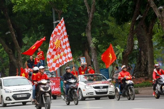 Đoàn cổ động viên Việt Nam diễu hành trước trận quyết đấu với UAE - 6
