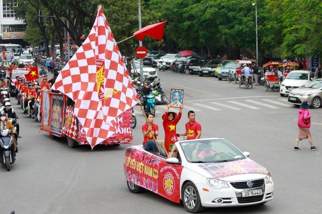 Đoàn cổ động viên Việt Nam diễu hành trước trận quyết đấu với UAE - 3