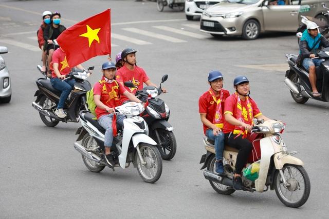 Đoàn cổ động viên Việt Nam diễu hành trước trận quyết đấu với UAE - 11