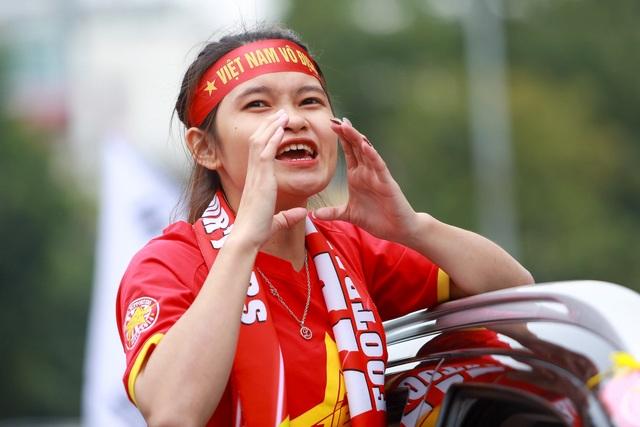 Đoàn cổ động viên Việt Nam diễu hành trước trận quyết đấu với UAE - 1