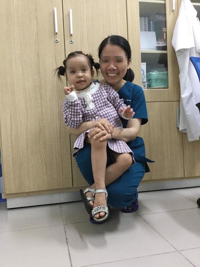 Phẫu thuật cứu bé gái khỏi khối u lấp kín miệng - 4