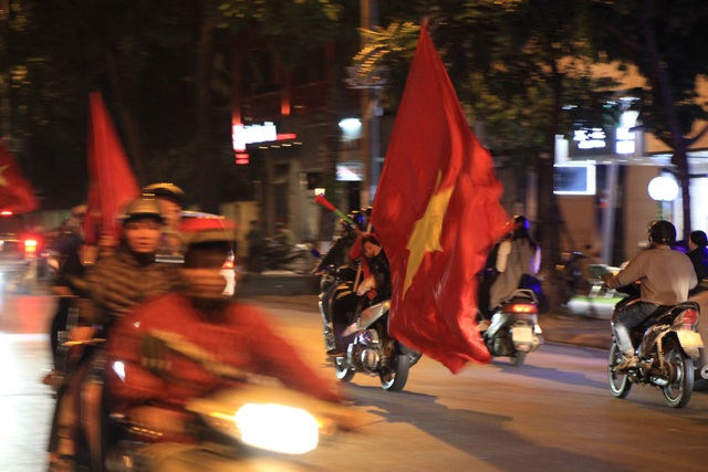 Hà Nội lại một đêm vui không ngủ, ăn mừng chiến thắng của tuyển Việt Nam - 13
